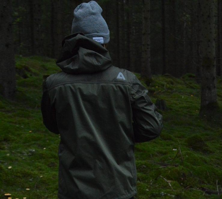 Logo i reflextryck gör din vandringsjacka säker när det är mörkt.
